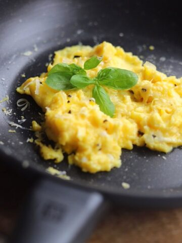 scrambled eggs in non stick pan